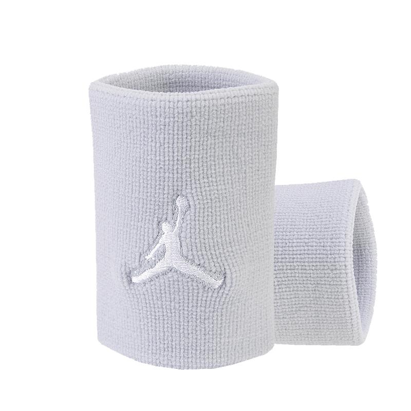 Повязка на руку Jordan Dominate WristbandПовязки<br>95% нейлон, 4% резина, 1% эластан<br><br>Цвет: Серый, белый<br>Размеры US: 1SIZE<br>Пол: Мужской