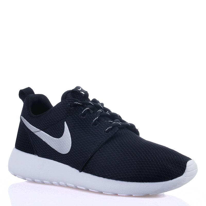 Кроссовки Nike Wmns Nike RosherunКроссовки lifestyle<br>текстиль, резина<br><br>Цвет: Черный, белый<br>Размеры US: 5<br>Пол: Женский