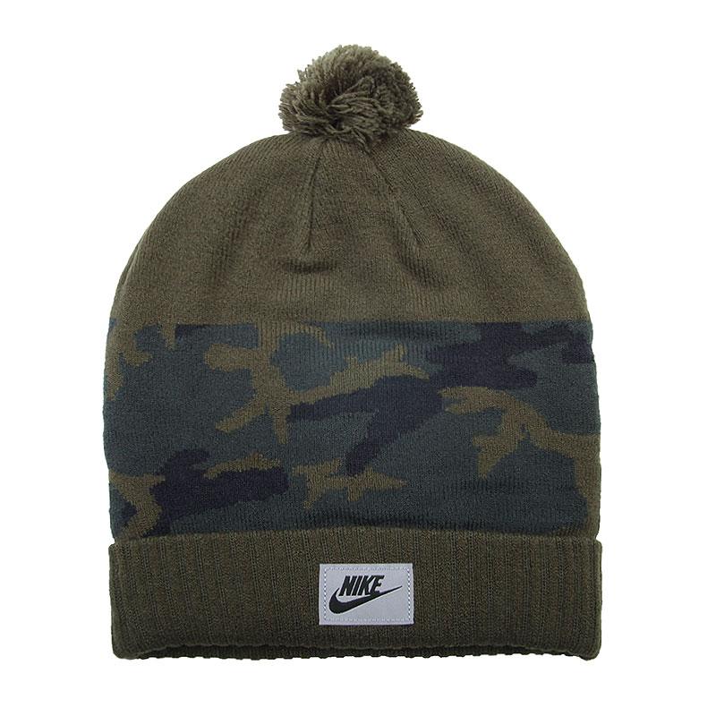 Шапка Nike Sportswear Camo PomШапки<br>Акриловое волокно<br><br>Цвет: Оливковый<br>Размеры US: 1SIZE