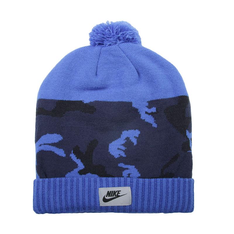 Шапка Nike Sportswear Camo PomШапки<br>Акриловое волокно<br><br>Цвет: Синий<br>Размеры US: 1SIZE