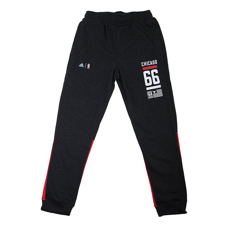 Брюки adidas Chicago BullsБрюки и джинсы<br>70% хлопок, 30% полиэстер<br><br>Цвет: Темно-серый,красный<br>Размеры UK: XS<br>Пол: Мужской