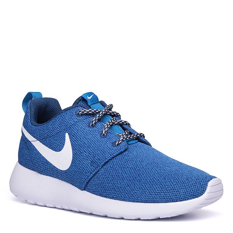Кроссовки Nike WMNS Roshe OneКроссовки lifestyle<br>Текстиль, пластик<br><br>Цвет: Синий, белый<br>Размеры US: 6<br>Пол: Женский