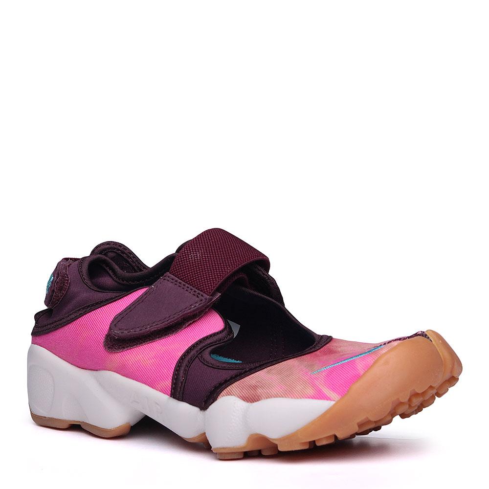 Сандали Nike WMNS Air Rift PRM QSКроссовки lifestyle<br>текстиль, резина, пластик.<br><br>Цвет: розовый, фиолетовый, белый.<br>Размеры US: 6;7;8;9<br>Пол: Женский