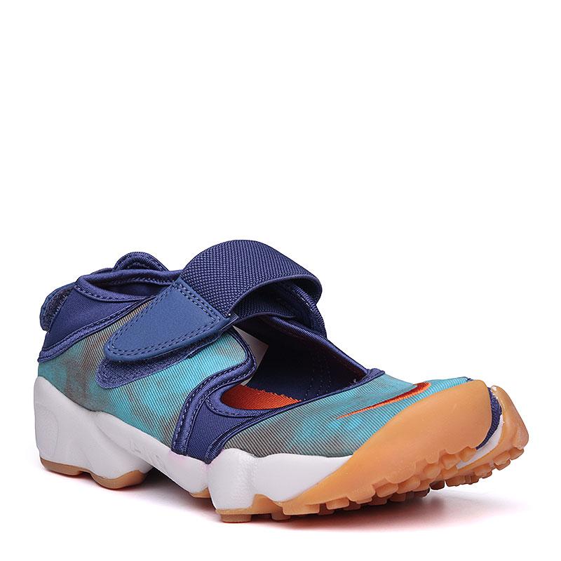 Сандалии Nike WMNS Air Rift PRM QSСланцы, балетки<br>текстиль, резина, пластик.<br><br>Цвет: синий, голубой, белый.<br>Размеры US: 5;6;7;8;9<br>Пол: Женский