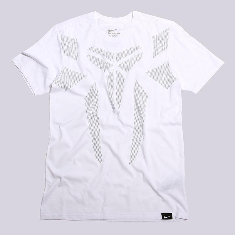 Футболка Nike Sportswear Kobe Brand MarkФутболки<br>58% хлопок, 42% полиэстер<br><br>Цвет: Белый<br>Размеры US: S;M;XL;2XL<br>Пол: Мужской
