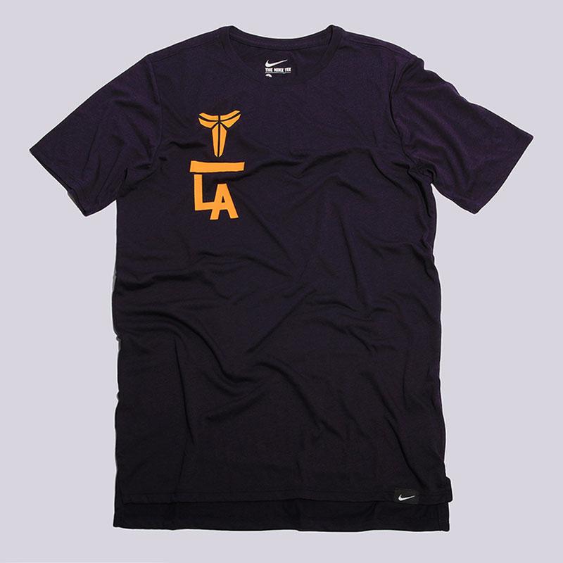 Футболка Nike Sportswear Kobe Droptail TeeФутболки<br>75% полиэстер, 13% хлопок, 12% вискоза<br><br>Цвет: Фиолетовый<br>Размеры US: S<br>Пол: Мужской