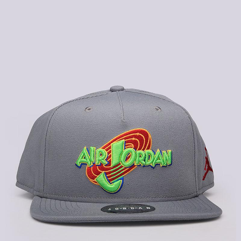 Кепка Jordan Space Jam SnapbackКепки<br>полиэстер, хлопок.<br><br>Цвет: Серый<br>Размеры US: OS<br>Пол: Мужской