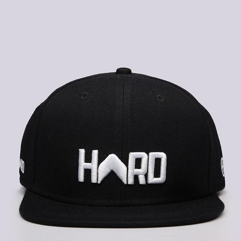 Кепка Hard Logo SnapbackКепки<br>Акрил, шерсть<br><br>Цвет: Чёрный, белый<br>Размеры : OS<br>Пол: Мужской