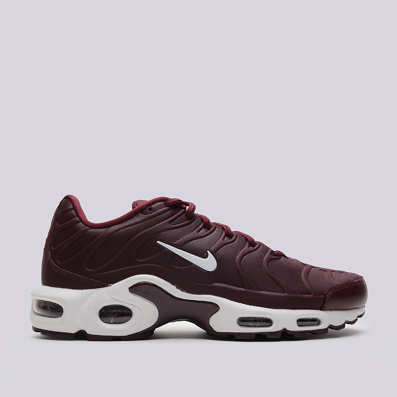 Кроссовки Nike Sportswear Air Max Plus VTКроссовки lifestyle<br>синтетика, текстиль, резина<br><br>Цвет: Темно-бордовый<br>Размеры US: 8;8.5;9;9.5;10;10.5;11;11.5;12<br>Пол: Мужской