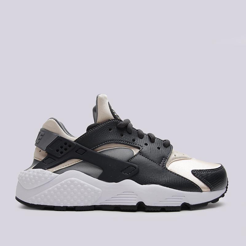 Кроссовки Nike Sportswear WMNS Air Huarache RunКроссовки lifestyle<br>синтетика, текстиль, резина<br><br>Цвет: Серый<br>Размеры US: 6<br>Пол: Женский