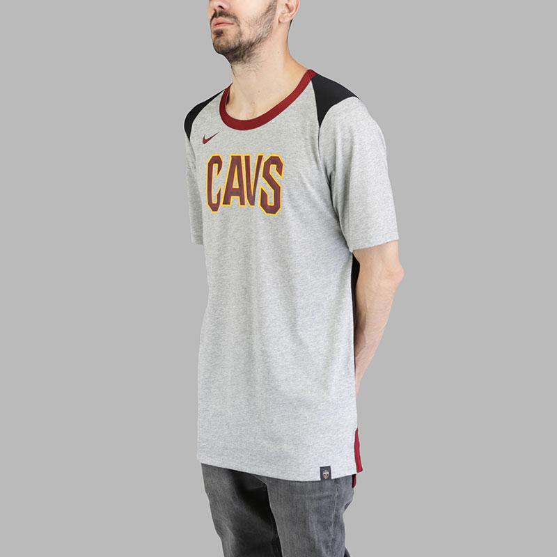 Футболка Nike Cle M Top BB FanФутболки<br>Полиэстер, хлопок<br><br>Цвет: Серый<br>Размеры US: S;M;L;XL;2XL<br>Пол: Мужской