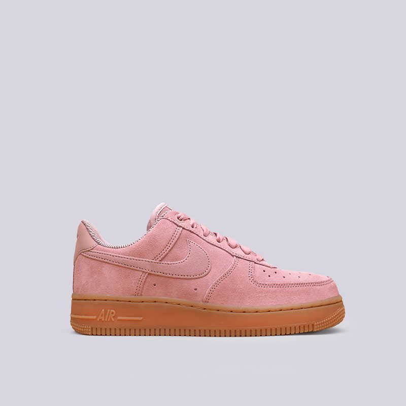 Кроссовки Nike WMNS Air Force 1 07 SEКроссовки lifestyle<br>Кожа, синтетика, текстиль, резина<br><br>Цвет: Розовый<br>Размеры US: 9<br>Пол: Женский