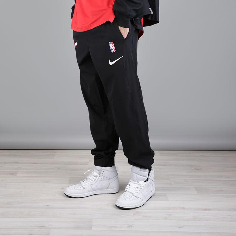 Брюки Nike NBA Chicago Bulls Showtime PantБрюки и джинсы<br>Полиэстер, эластан<br><br>Цвет: Черный<br>Размеры US: S;M;L;XL;2XL<br>Пол: Мужской
