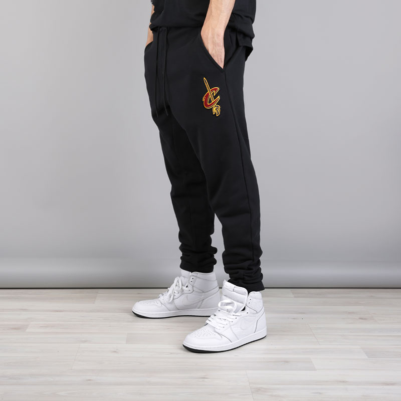 Брюки Nike Cleveland Cavaliers NBA Modern PantsБрюки и джинсы<br>Хлопок, полиэстер<br><br>Цвет: Черный<br>Размеры US: S;L;XL;2XL<br>Пол: Мужской