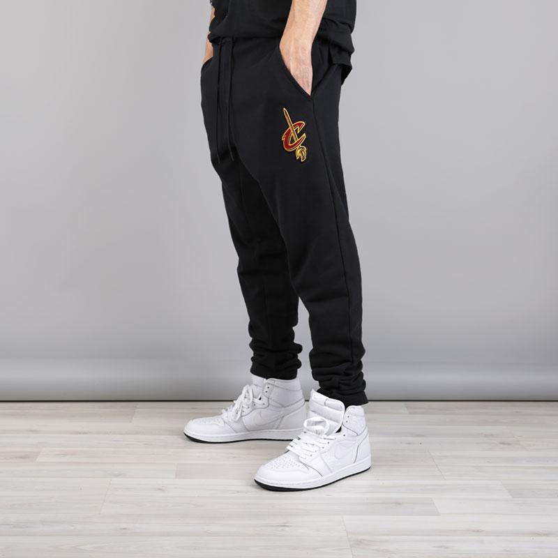 Брюки Nike Cleveland Cavaliers NBA Modern PantsБрюки и джинсы<br>Хлопок, полиэстер<br><br>Цвет: Черный<br>Размеры US: S;M;L;XL;2XL<br>Пол: Мужской