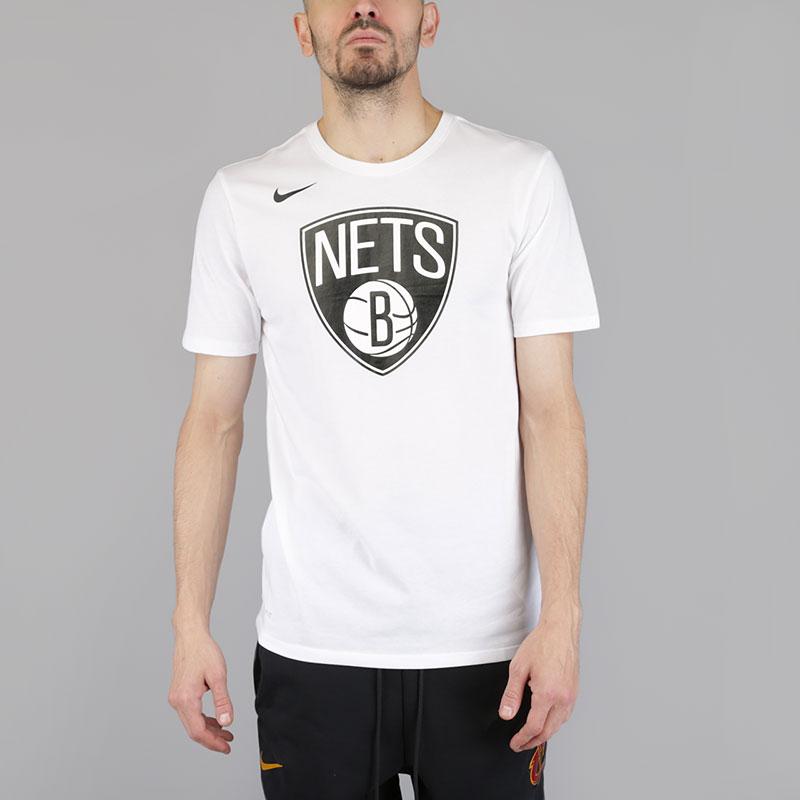 Футболка Nike Brooklyn Nets Dry Logo NBA T-ShirtФутболки<br>Хлопок, полиэстер<br><br>Цвет: Белый<br>Размеры US: 2XL;XL;L;M;S<br>Пол: Мужской