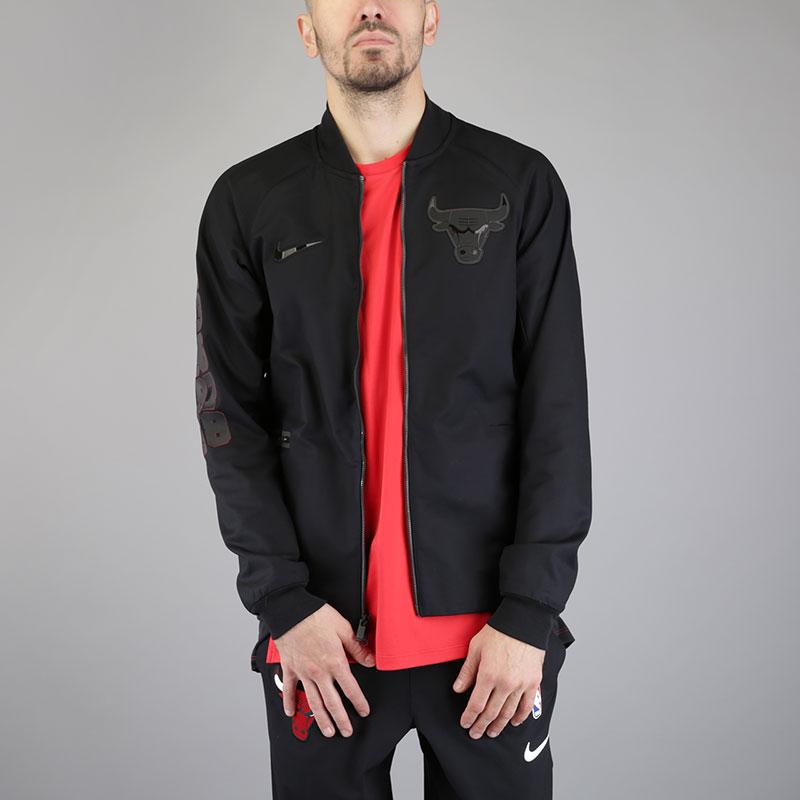 Куртка Nike Chicago Bulls Modern NBA Varsity JacketКуртки, пуховики<br>Хлопок, эластан, полиэстер<br><br>Цвет: Черный<br>Размеры US: S;M;L;XL;2XL<br>Пол: Мужской