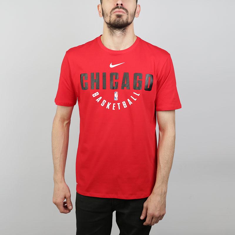 Футболка Nike T-shirt Chicago BullsФутболки<br>Хлопок, полиэстер<br><br>Цвет: Красный<br>Размеры US: S;M;L;XL;2XL<br>Пол: Мужской