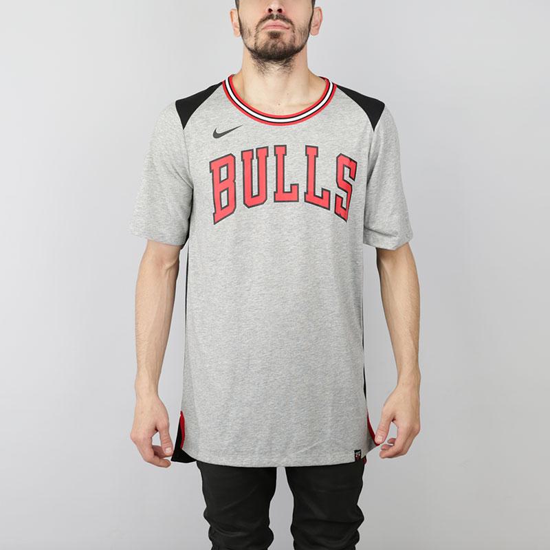 Футболка Nike NBA Chicago Bulls Fan Dri-Fit TeeФутболки<br>Полиэстер, хлопок, вискоза<br><br>Цвет: Серый, черный<br>Размеры US: S;M;L;XL;2XL<br>Пол: Мужской