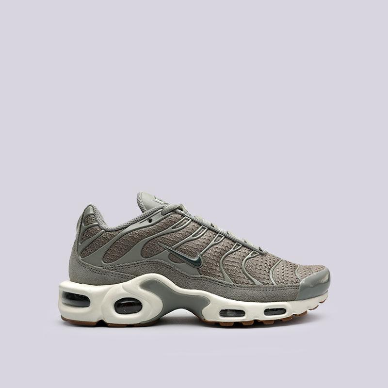 Кроссовки Nike WMNS Air Max PlusКроссовки lifestyle<br>Текстиль, резина, пластик<br><br>Цвет: Серый<br>Размеры US: 6;6.5;7;7.5;8;8.5;9<br>Пол: Женский