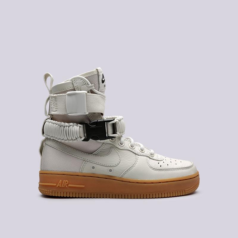 Кроссовки Nike WMNS SF Air Force 1Кроссовки lifestyle<br>Кожа, текстиль, резина<br><br>Цвет: Бежевый<br>Размеры US: 7.5<br>Пол: Женский