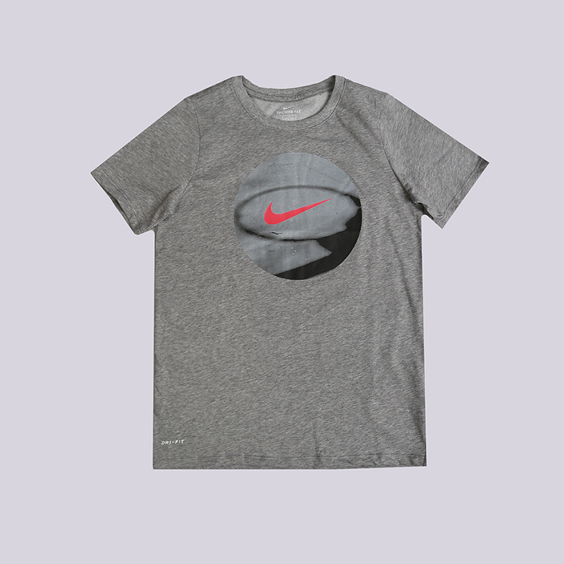 Футболка Nike Photoball T-ShirtФутболки<br>60% хлопок, 40% полиэстер<br><br>Цвет: Серый<br>Размеры US: S;L<br>Пол: Детский