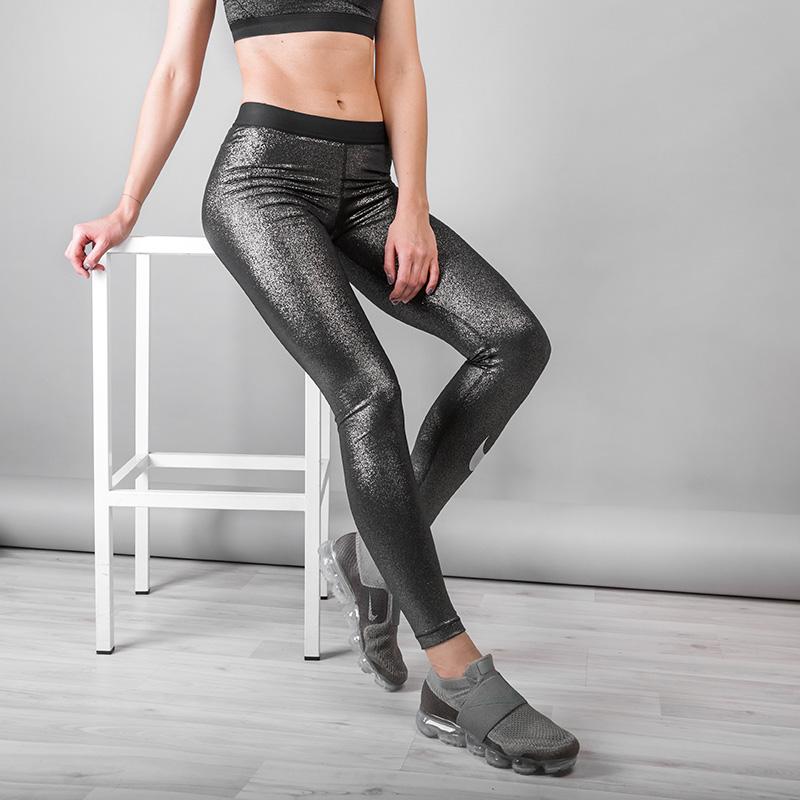 Тайтсы Nike PRO SPARKLEБрюки и джинсы<br>Полиэстер, эластан<br><br>Цвет: Черный<br>Размеры US: XS;S<br>Пол: Женский