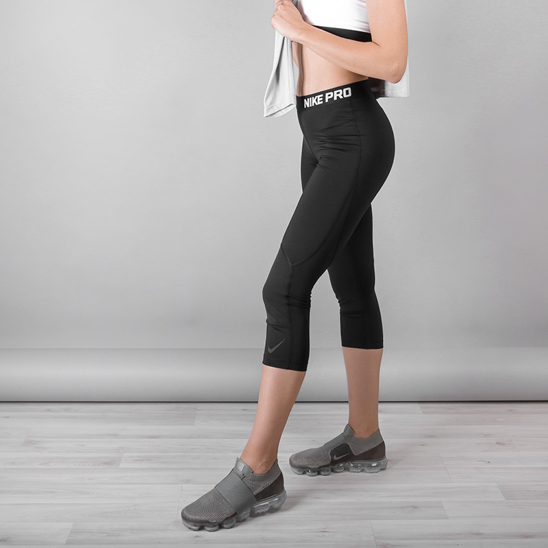 Тайтсы Nike PROТолстовки свитера<br>Полиэстер, эластан<br><br>Цвет: Черный<br>Размеры US: S;M;L<br>Пол: Женский
