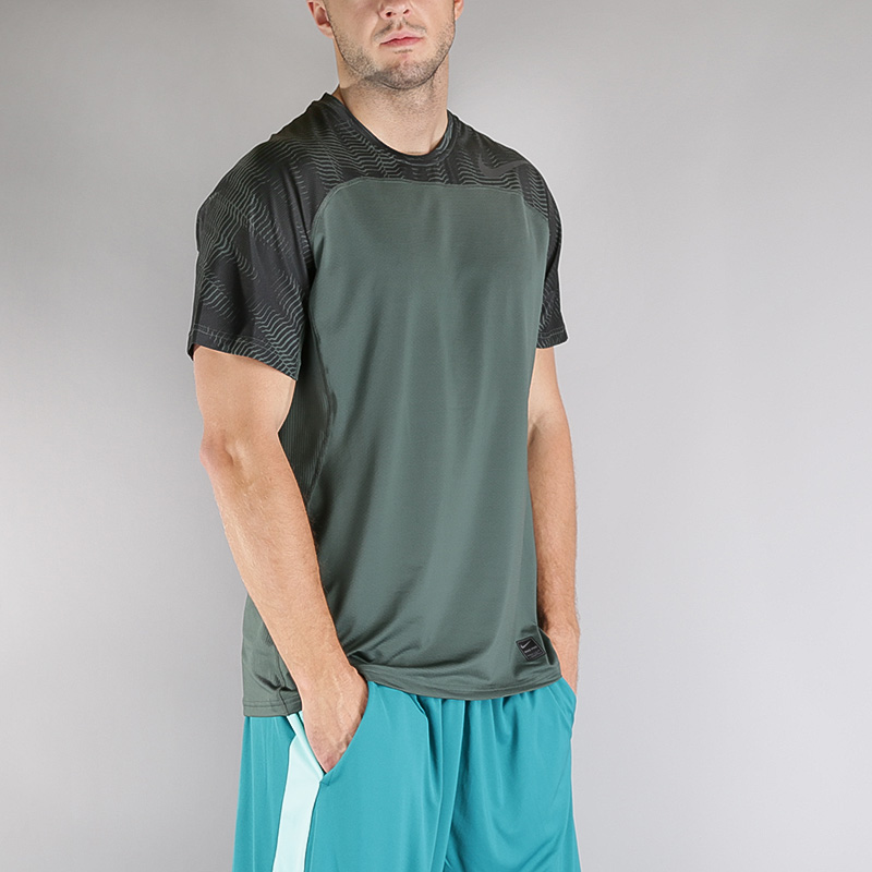 Футболка Nike M NP HPRCL TOP SS FTTD PRINTФутболки<br>Полиэстер, эластан<br><br>Цвет: Зеленый<br>Размеры US: S;M;L;XL;2XL<br>Пол: Мужской
