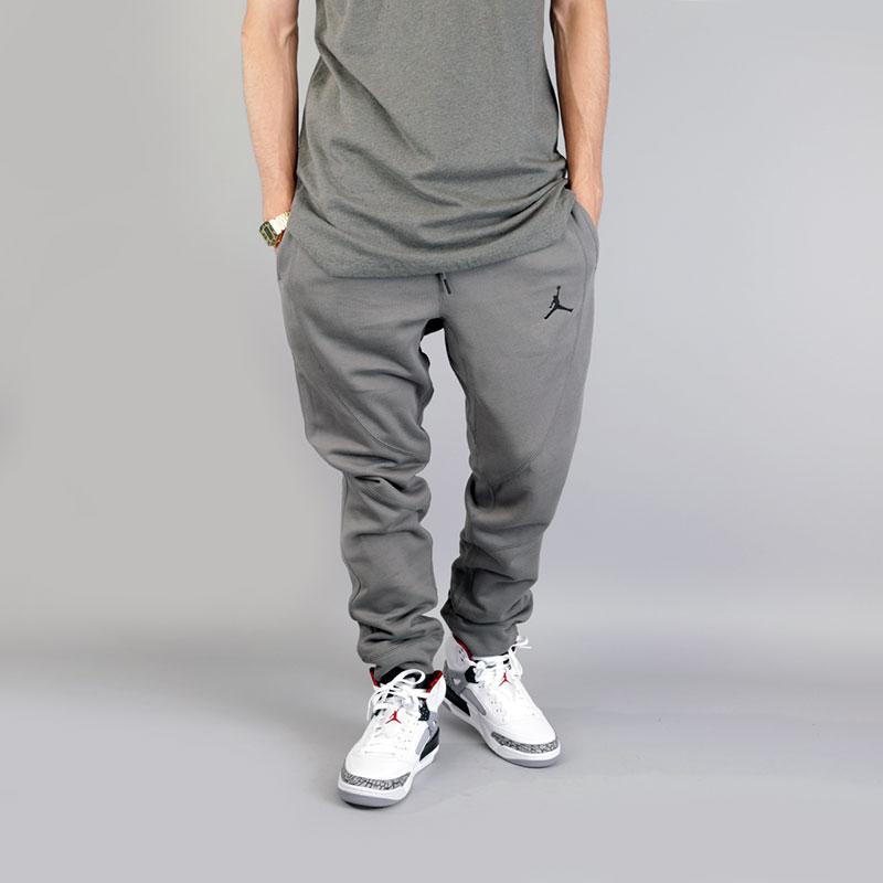 Брюки Jordan Wings Fleece PantБрюки и джинсы<br>Хлопок, вискоза, полиэстер<br><br>Цвет: Серый<br>Размеры US: XS;S;M;L;2XL<br>Пол: Мужской