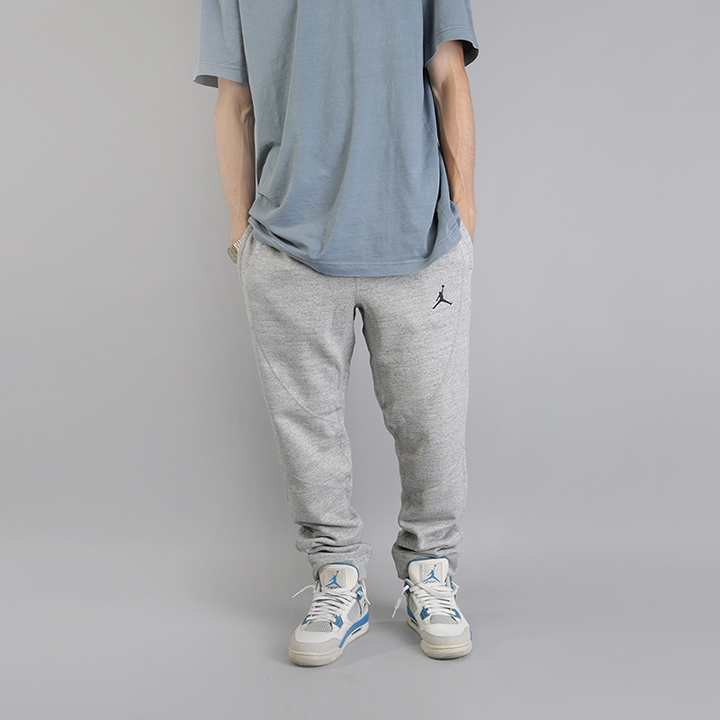 Брюки Jordan Lifestyle Wings Fleece TrousersБрюки и джинсы<br>72% хлопок, 19% вискоза, 9% полиэстер<br><br>Цвет: Серый<br>Размеры US: XS;S;M;L;XL<br>Пол: Мужской
