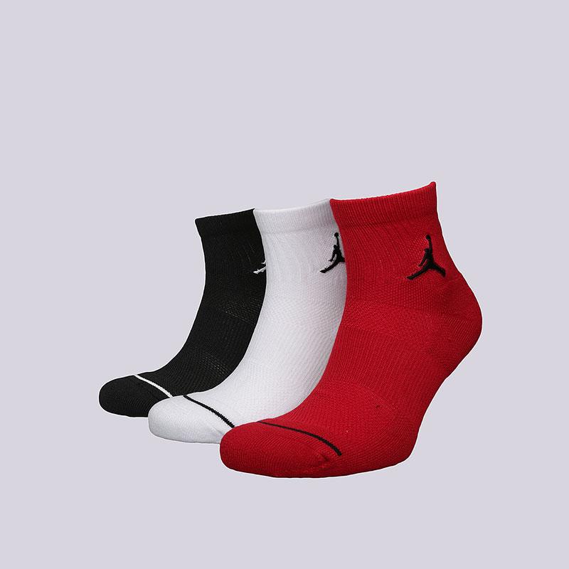Носки Jordan Jumpman Quarter SocksНоски<br>Хлопок, синтетика<br><br>Цвет: Черный, белый, красный<br>Размеры US: M;L;XL<br>Пол: Мужской