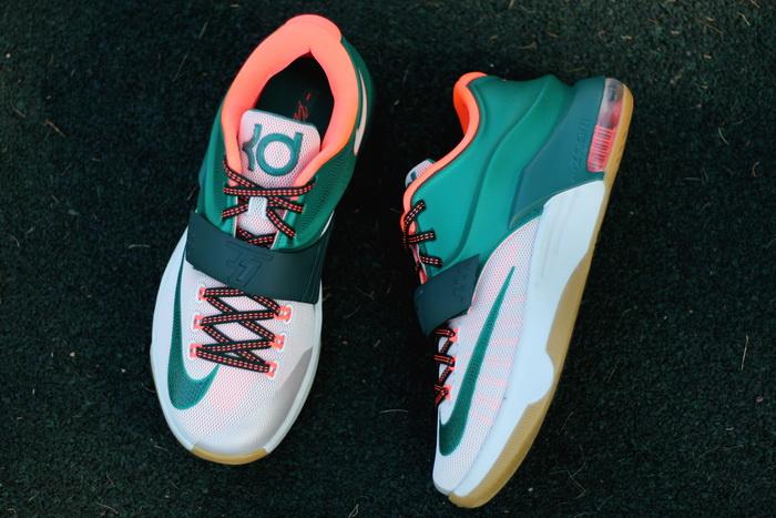 766ebcb8 В модели Nike Zoom KD7 используются инновационные технические разработки в  сочетании с яркими и смелыми цветовыми решениями. Дизайнеры Nike при  разработке ...